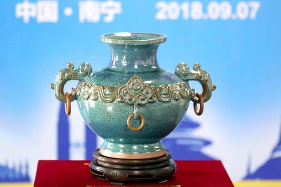 """国礼《华泰尊》以独有的""""铜系青蓝釉""""象征21世纪海上丝绸之路"""