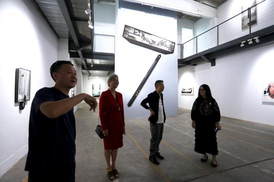 左起:费彬先生 郭丽颖女士 艺术家王非 艺米文化首席资产官棉布现场交流