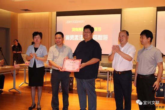 蒋锡培向何勇颁发捐赠证书 刘亚民、储红飙、洪雅见证证书颁发仪式