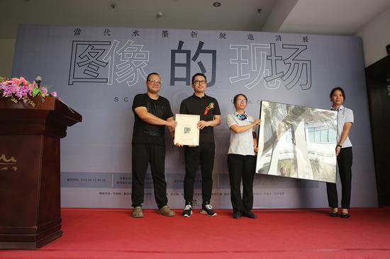 參展畫家孫浩向桂林市花橋美術館捐贈作品。