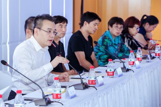 首创置业党委书记李晓斌(左一)总结发言