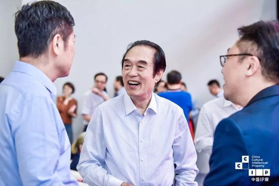 历史学家、北京满学会会长、中国紫禁城学会副会长 阎崇年 (中)