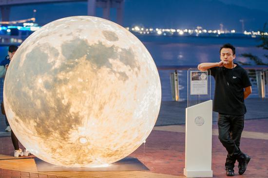 国际艺术家黄玉龙先生与装置艺术作品《Yue Liang》合影