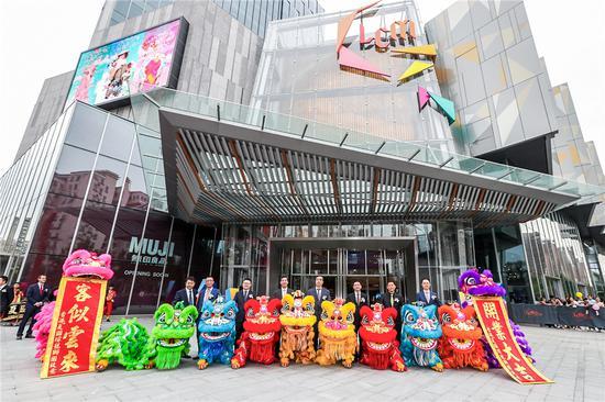 上海市领导、香港置地及旭辉集团管理层与醒狮队伍合影