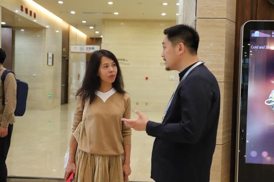 策展人向嘉宾介绍展览情况