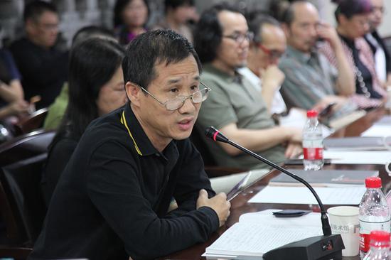 宁波代表性艺术家、宁波江北区美术家协会主席、浙江纺织服装职业技术学院教授葛晓弘发言