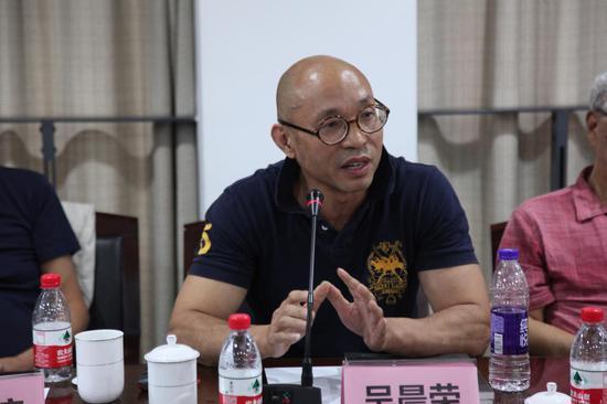 上海代表性抽象艺术家、上海抽象画会秘书长吴晨荣教授发言