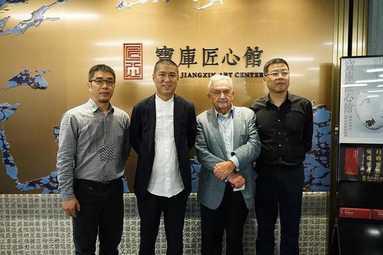 朱塞佩-埃斯卡纳齐(右二)、宝库中华民国开创人兼CEO柳费国(左二)、宝库匠心CEO斯海洲(左一)、宝库匠心馆馆长叶柏风(右一)