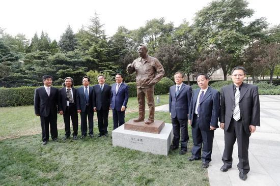 领导嘉宾在南仁东塑像前合影留念