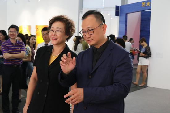 左一 深圳市副市长吴以环同志 左二艺术深圳组委会副主任兼秘书长叶建强