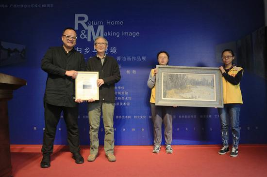 赵松柏向桂林市花桥美术馆捐赠作品