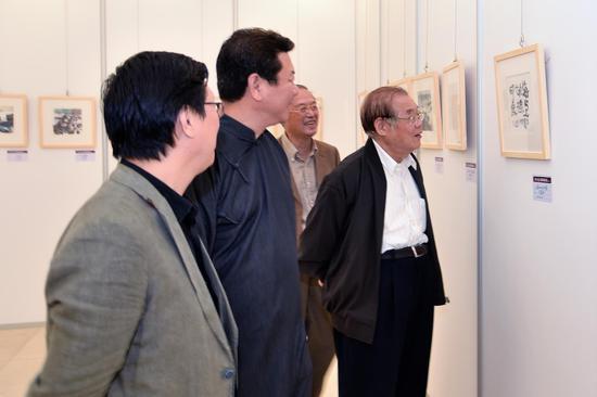 中宣部原常务副部长 龚心瀚先生观看展品
