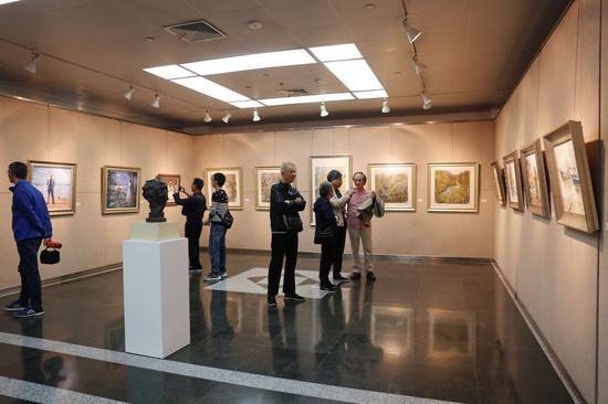 展览现场:艺术家阮祖隆、凌启宁、吴棣华、李醉在讨论