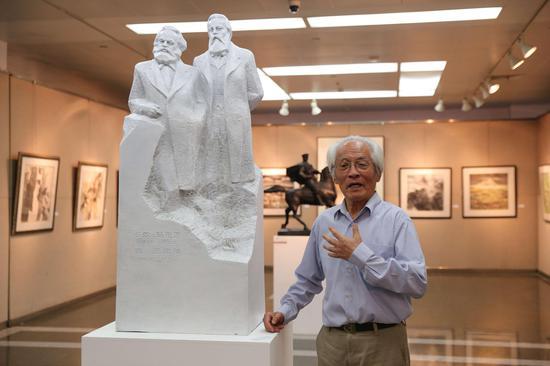 艺术家章永浩在展览现场