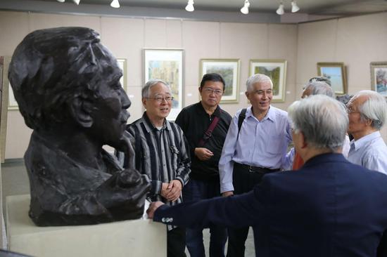 展览现场:艺术家潘耀昌、章永浩、孙心华在讨论
