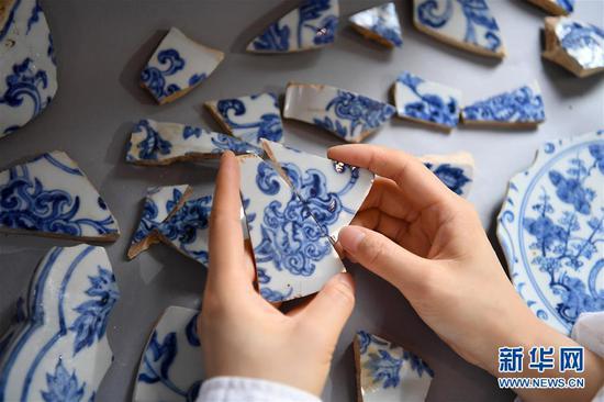 工作人员对古瓷片进行比对。 新华社记者 万象 摄