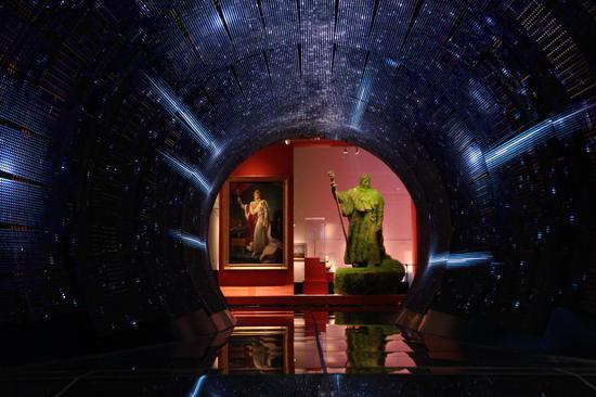 展览现场,钟飙、严永红《洞见》| LED隔栏屏、铝合金、玻璃、钢 | 800x500x450cm| 2018 | 图?上海喜玛拉雅美术馆