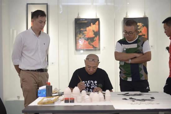 徐雪村现场进行陶瓷绘画