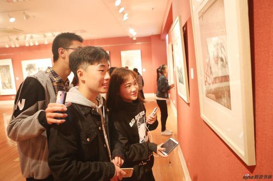 对学生们来说,近距离接触艺术名家的作品,是一个难得的学习机会