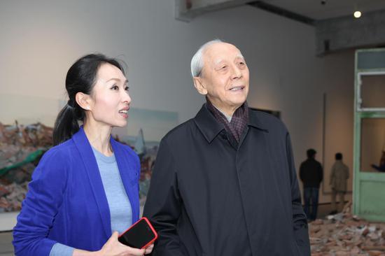 艺术家詹建俊参观裴咏梅艺术展