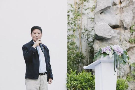 中科院红木古典家具研究开辟任务委员会主任 何锦驰师长教员致辞