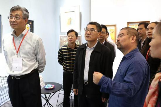 陈许老师为观展领导介绍自己参展作品。