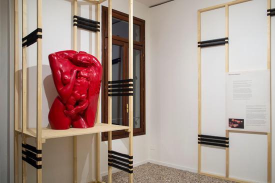 田世信作品:《母与子》之七 脱胎漆 85x36x110cm 1997年
