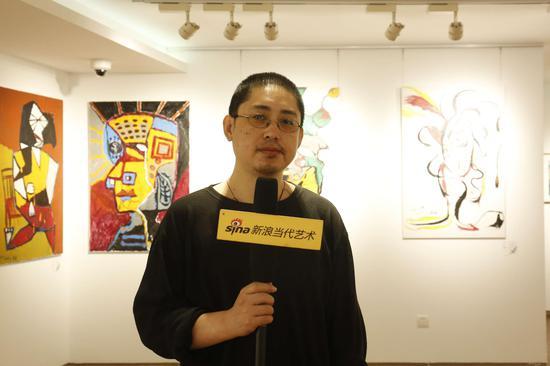 展览现场:参展艺术家张奇峰接受采访