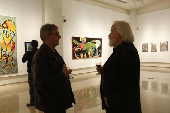 展览现场:法国界外艺术协会主席吉・达勒维先生和法国巴黎大皇宫策展人之一如埃尔・凯斯班先生在展览现场