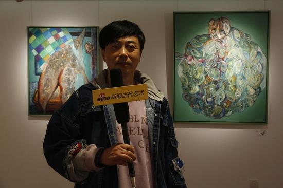 展览现场:艺术家黄药接受采访