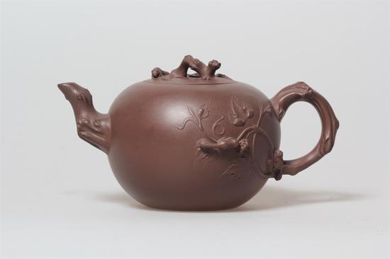 艺术家朱永良 松鼠葡萄壶 泥料:紫泥 年代:1996 容量:750 CC