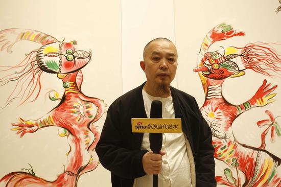 展览现场:张天志接受采访