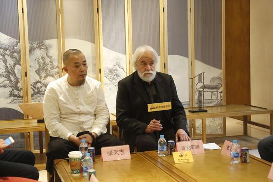 研讨会现场:法国界外艺术协会主席吉・达勒维发言