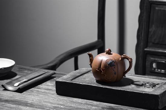 艺术家范建峰作品 尊龙壶 泥料:原矿老段泥 年代:2013 容量:410 CC