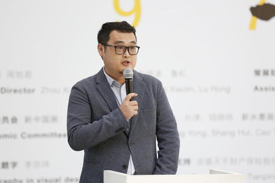 北京民生现代美术馆学术部负责人陈昱主持开幕式