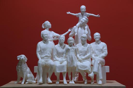 《新时代全家福》王天娇 70x55x40cm 材料:光敏树脂