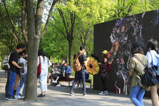 刘婷新媒体声音影像交互装置作品<舞蹈室>户外展览现场