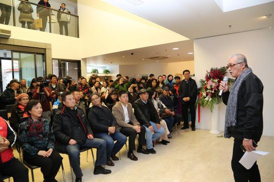中国著名摄影家逄小威主持本次展览的开幕仪式