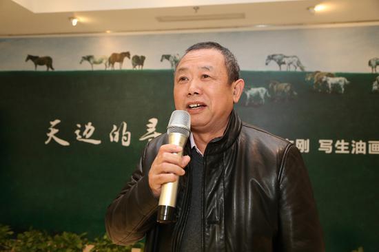本次展览的画家王文刚在开幕式致辞