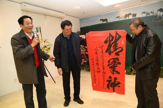 全总文工团办公室主任张广志赠送书法作品给两位艺术家