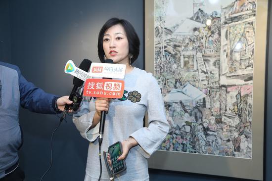 嘉宾代表朱女士接受媒体采访