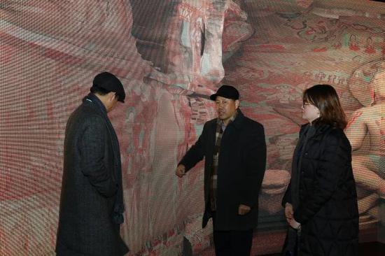 在数字洞窟前,中国石窟保护研究基金会理事长、敦煌艺术研究院研究员杨秀清先生探讨呈现方案