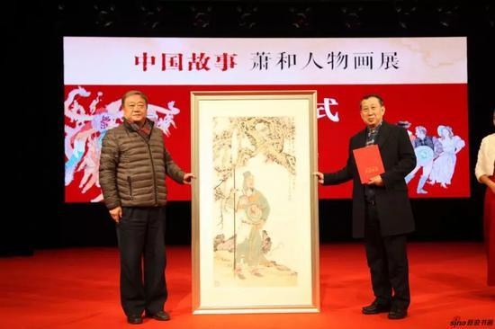 徐昕代表省文联接受萧和捐赠作品并颁发收藏证书