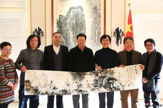 在中国常驻联合国日内瓦办事处和瑞士其他国际组织代表团机构向俞建华大使捐赠廖昌永、丁筱芳、汪家芳合作的中国画作品
