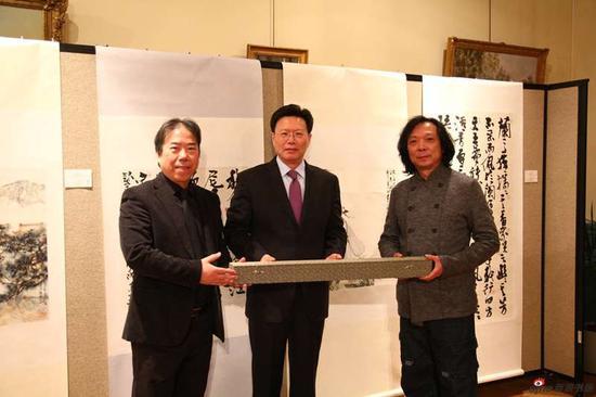 丁筱芳与汪家芳向俞建华大使捐赠中国画作品(丁筱芳、汪家芳合作)