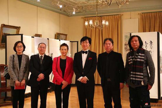 中国驻瑞士使馆参赞参观书画展