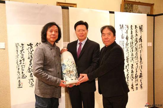 汪家芳与丁筱芳向俞建华大使捐赠陶瓷作品(汪家芳创作)