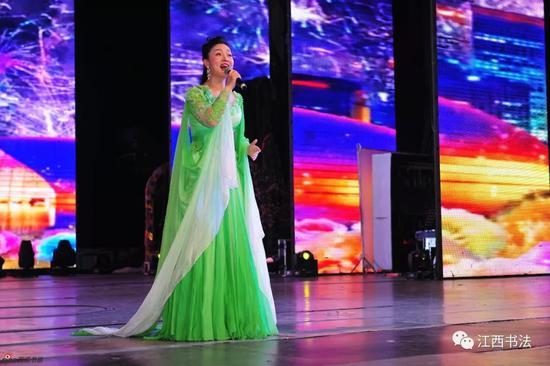 女声独唱《春天起航》表演者:江西科技师范大学副教授、硕士生导师张红英
