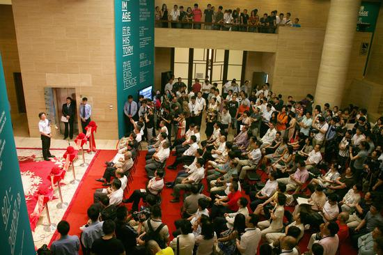 """""""图像·历史·存在:泰康人寿保险股份有限公司成立十五周年艺术品收藏展""""开幕现场,中国美术馆,2011"""