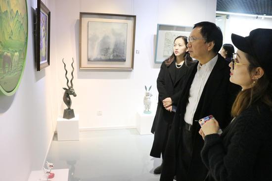 宝甄网艺术顾问为恒基伟业董事长张征宇讲解作品